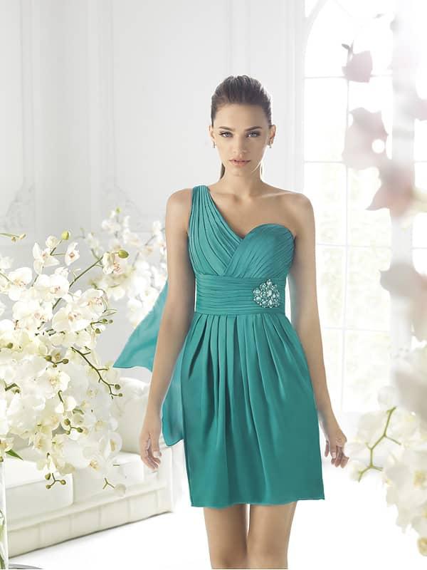 Короткое вечернее платье бирюзового цвета с декором из драпировок.