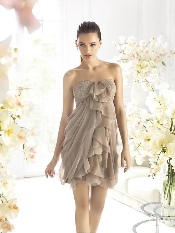 Оригинальное открытое бежевое короткое вечернее платье.