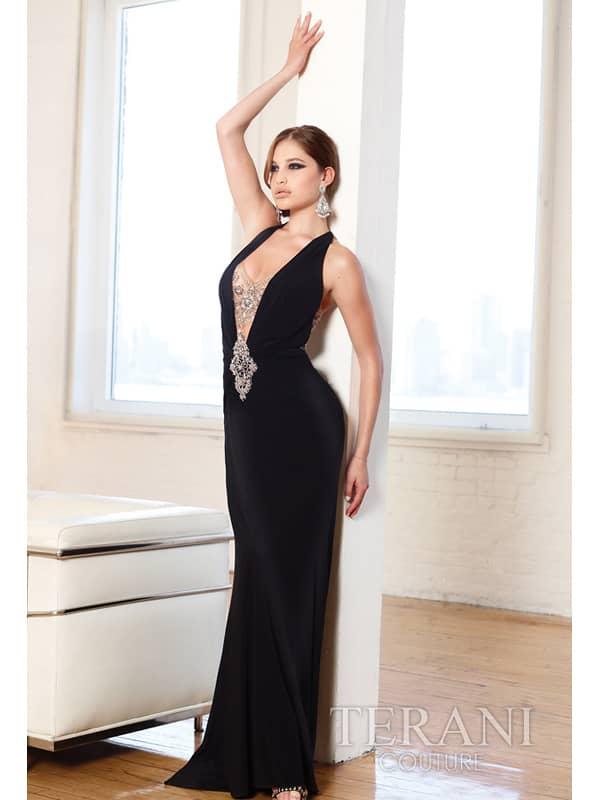 эротичное узкое вечернее платье.