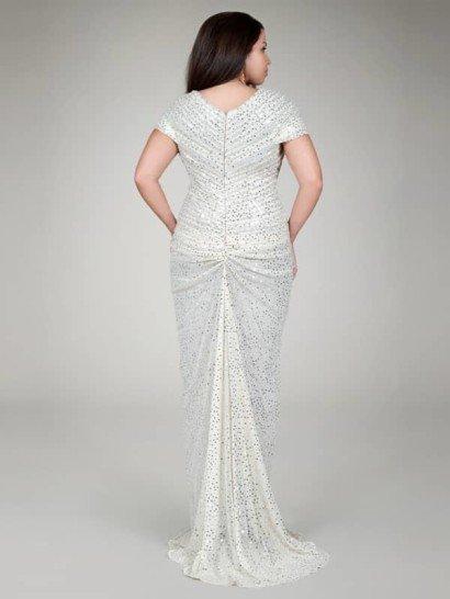 Сверкающее вечернее платье для полных в перламутровом оттенке.