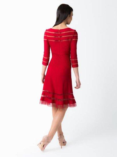 Коктейльное платье из тёмно-красного джерси с прозрачными прорезями и рукавом в 3/4.