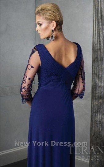 Недорогое длинное вечернее платье с рукавами.