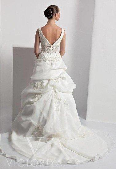 Недорогое свадебное платье отличается весьма привлекательным кроем.