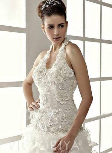 Недорогое свадебное платье привлекает внимание своим смелым кроем.