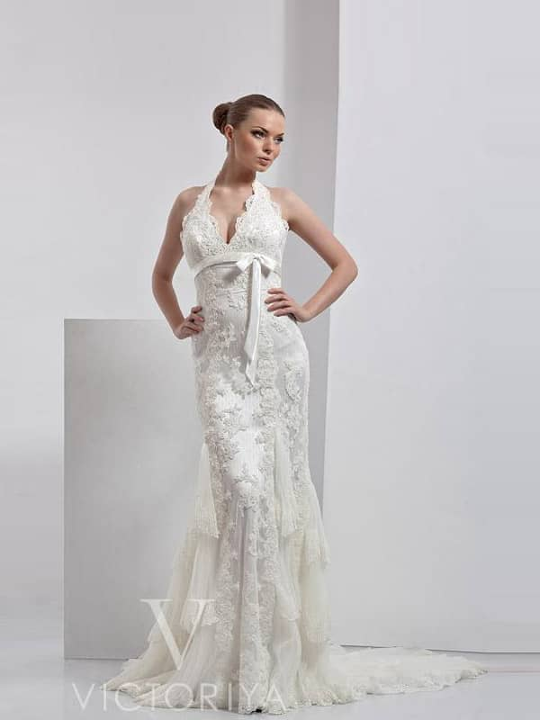 Недорогое свадебное платье создает изысканный и яркий образ из-за выигрышного сочетания отделки и кроя.