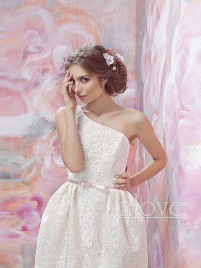 Оригинальное короткое кружевное свадебное платье с бретелью через одно плечо.