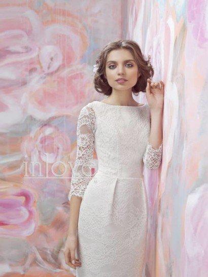 Короткое кружевное короткое платье с рукавами в три четверти.