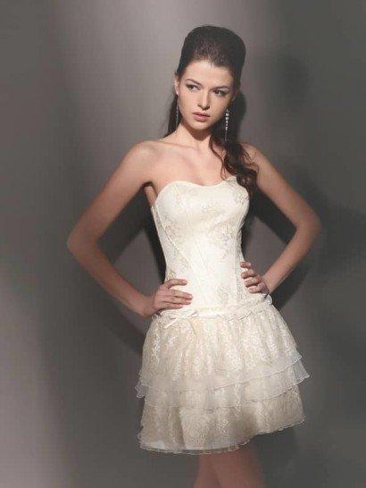 Грациозное короткое свадебное платье из кружева с разной фактурой.