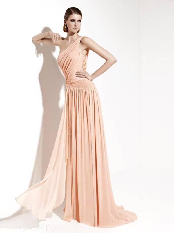 Элегантное длинное вечернее платье светло-абрикосового цвета.