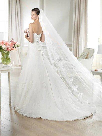Кружевное недорогое свадебное платье а-силуэта с поясом.