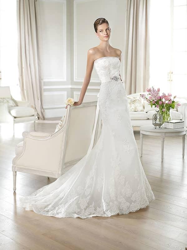 Облегающее свадебное платье со шлейфом и изящным открытым лифом прямого кроя.