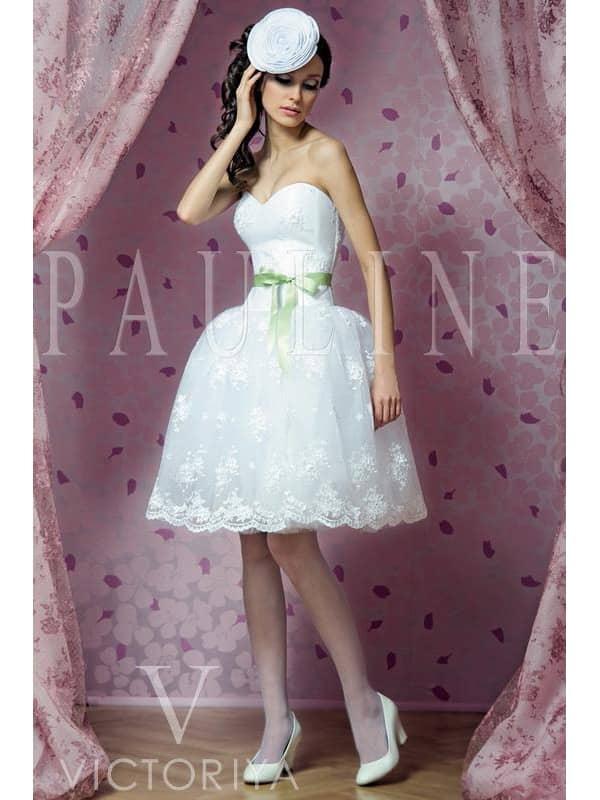Эффектное короткое свадебное платье с заниженной линией талии.