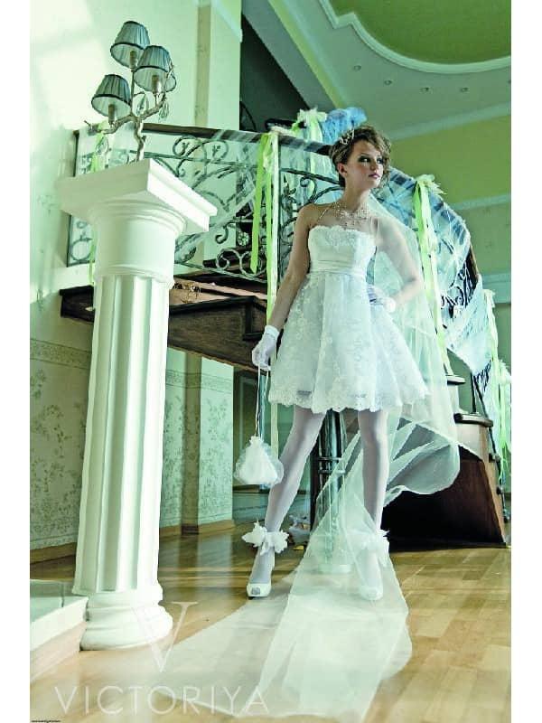 Оригинальное кружевное короткое свадебное платье с театральной интонацией.