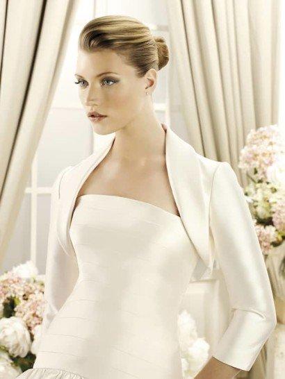 Элегантное атласное болеро с рукавами в три четверти из коллекции 2014 бренда LaSposa Pronovias Fashion Group.  Отложной шалевый воротничок создаёт выразительную классическую интонацию.  Это болеро кардинально изменит образ невесты и станет необходимым дополнением к открытому свадебному платью из атласа или шёлка-микадо.