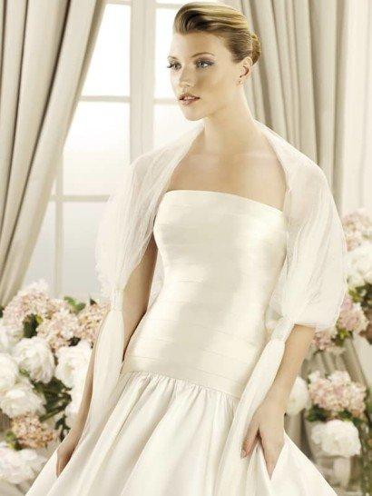 Роскошный палантин из коллекции 2014 бренда LaSposa Pronovias Fashion Group.  Широкую полосу нежного тюльмарина декорируют аккуратные узлы, завязанные на уровне локтя, которые создают эффект рукавов и способствуют лёгкой фиксации на плечах.  Прекрасное дополнение к свадебному платью любого силуэта и стиля.