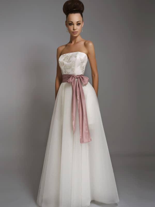 Стильное и недорогое свадебное платье дополнено нежным розовым акцентом.