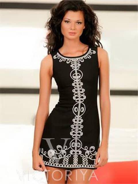 Короткое коктейльное платье черного цвета с изысканной отделкой белым узором.
