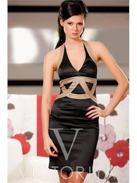 Коктейльное платье из черной атласной ткани с V-образным вырезом декольте.