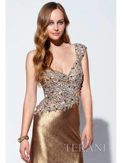 Вечернее платье золотого цвета.
