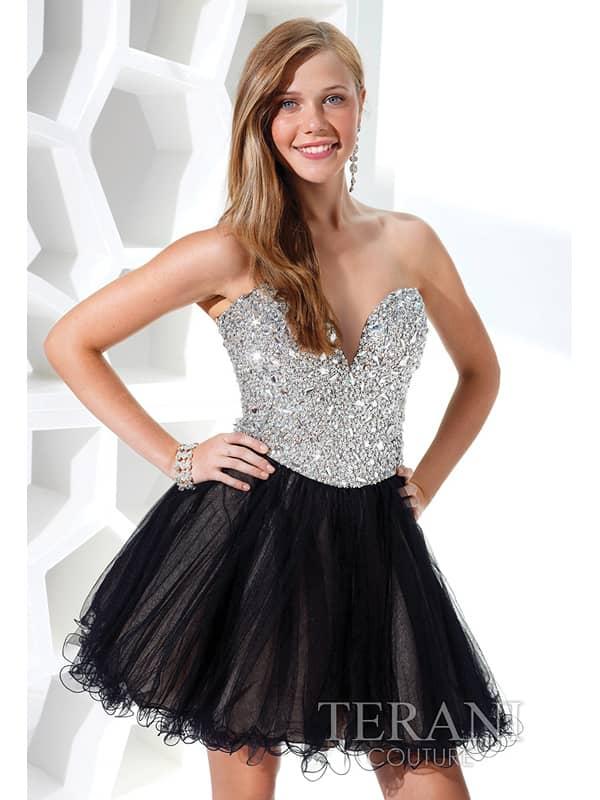 Открытое коктейльное платье с черной юбкой.