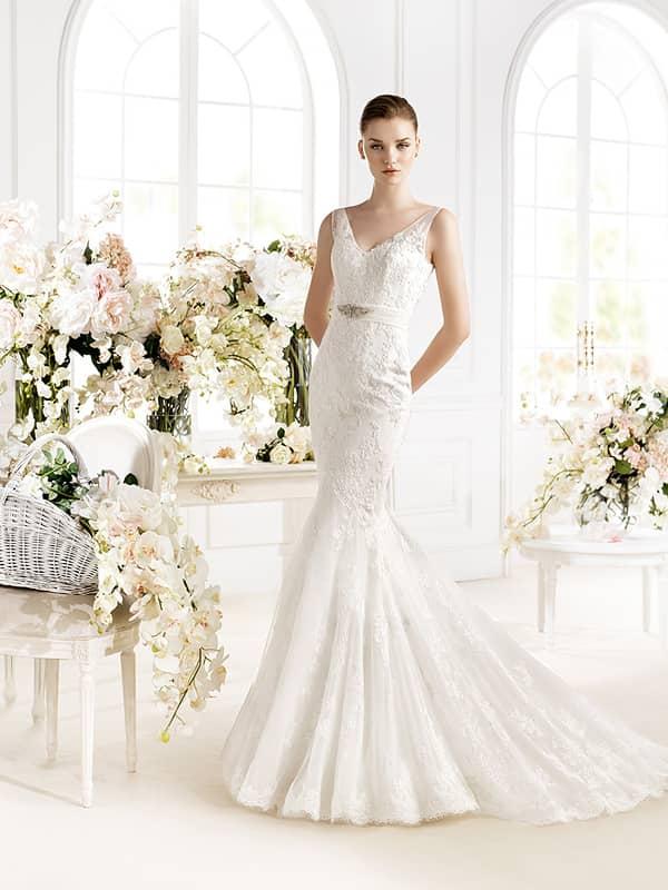 Кружевное недорогое свадебное платье.