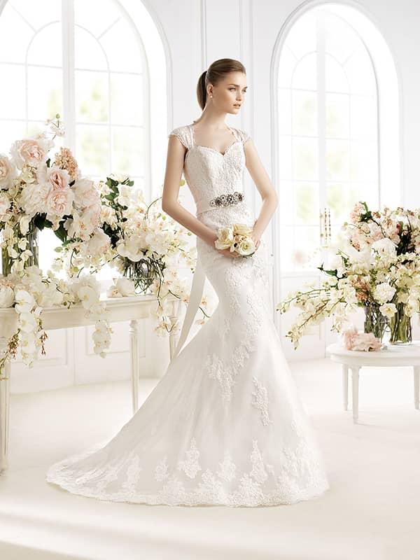Кружевное свадебное платье с поясом.