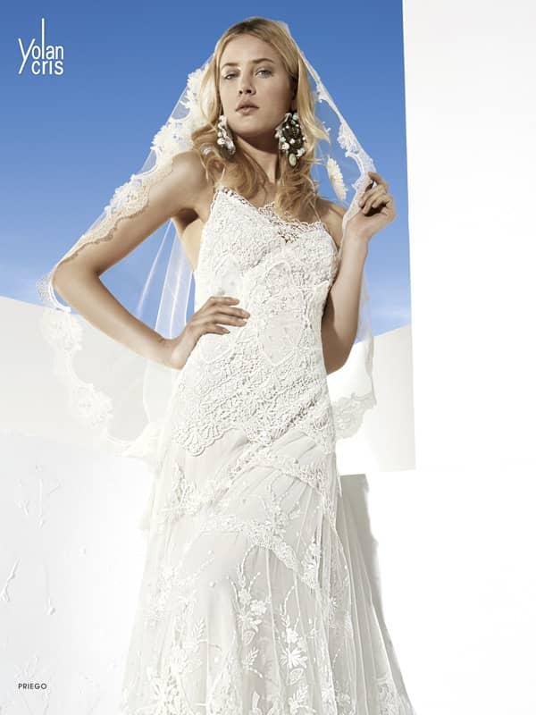 Кружевное свадебное платье с узкими бретельками и изысканной юбкой прямого кроя.