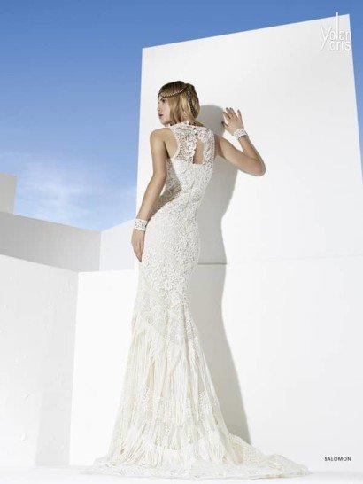 Богемное свадебное платье с прямым силуэтом и отделкой из бахромы.