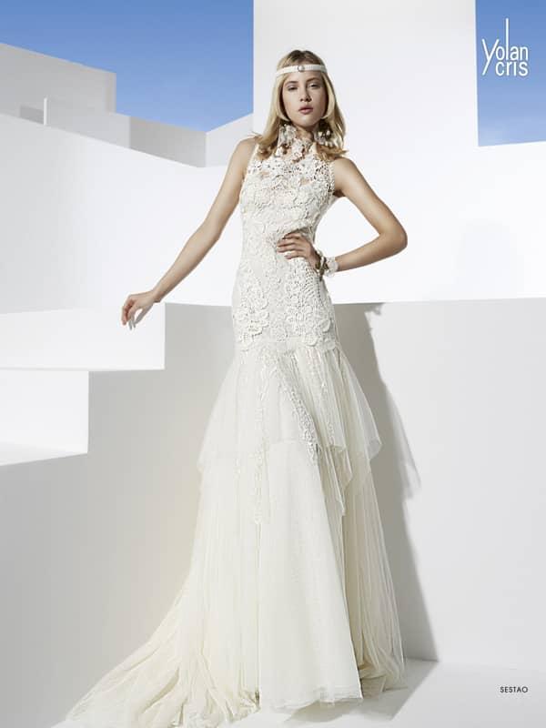 Прямое свадебное платье с высоким вырезом и фактурной отделкой по корсету.