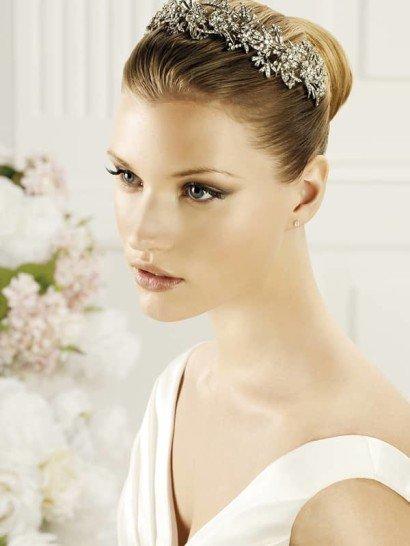 Великолепная свадебная диадема позволяет стильно дополнить укладку. Воздушное переплетение линий из серебристого металла дополняют изысканные небольшие стразы.