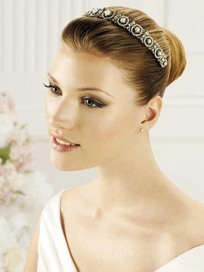 Оригинальный обруч прекрасно дополнит свадебный образ и преобразит даже самую лаконичную укладку. По всей длине обруч средней ширины покрыт великолепным сияющим декором из маленьких серебристых стразов и крупных жемчужин.