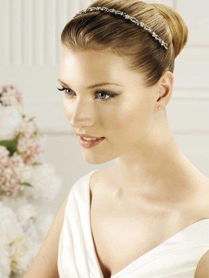 Узкий обруч романтично завершит любую укладку невесты и наполнит образ деликатным сиянием. Его сдержанная отделка смотрится очень удачно и стильно.