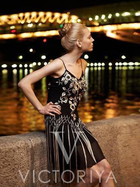 Короткое вечернее платье с отделкой бахромой и золотистым кружевом по лифу.