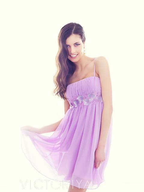 Кокетливое коктейльное платье лавандового цвета с открытым лифом прямого кроя.