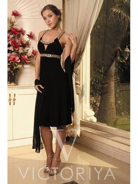 Элегантное вечернее платье черного цвета, прямого кроя и с сияющей отделкой под лифом.