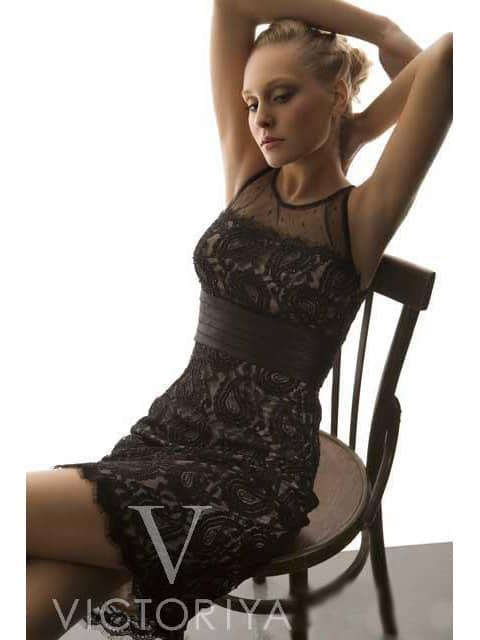 Короткое вечернее платье с широким поясом и отделкой черным кружевом.