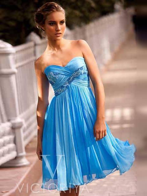Голубое коктейльное платье с открытым лифом, драпировками и вышивкой.
