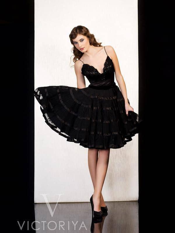 Короткое вечернее платье черного цвета с глубоким декольте и пышной юбкой.