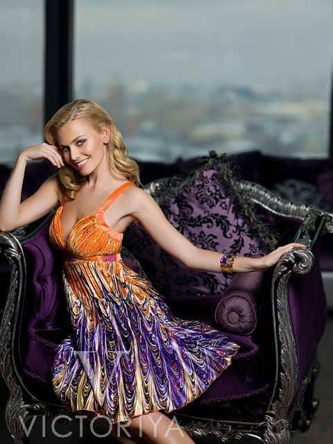 Короткое вечернее платье насыщенных цветов с глубоким вырезом.