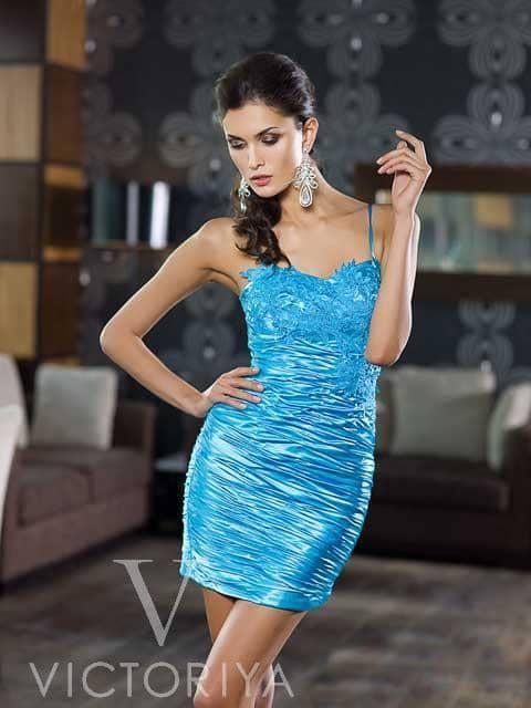 Короткое вечернее платье синего цвета с фактурным декором лифа и узкими бретелями.