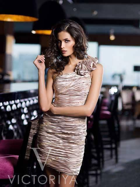 Короткое вечернее платье кофейного оттенка с асимметричным лифом с широкой бретелькой.
