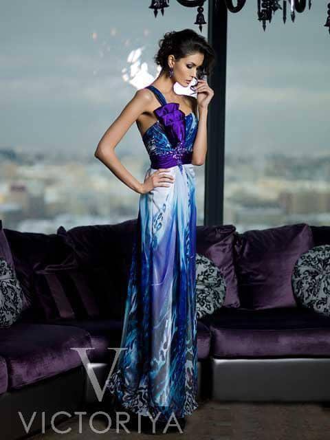Экстравагантное вечернее платье прямого силуэта с рисунком в синих тонах.