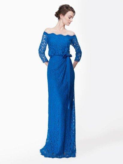 """Кружевное коктейльное платье со спущенным плечом и рукавами в 3/4 из кружева цвета китайской лазури  Стилистическая изысканность и аристократическая элегантность этого кружевного платья, достойного восхищения – лучший выбор для наряда матери невесты или жениха.  Линия декольте, спущенная с плеч, декорирована кружевными фестонами. Потайная эластичная фиксация по внутреннему краю декольте обеспечивает надёжное прилегание (для уверенности, что платье не сместится). Особенность платья – лёгкий напуск по линии талии, рукава в 3/4 и пояс-лента из шёлкового грогрена. Полностью на чехле.  Есть платья больших размеров. Детали:  Коттон/нейлон - верх, подкладка – джерси полиэстер Приблизительная длина от линии естественной талии до подола 45"""" Застёжка-молния по центру спинки Сухая чистка"""