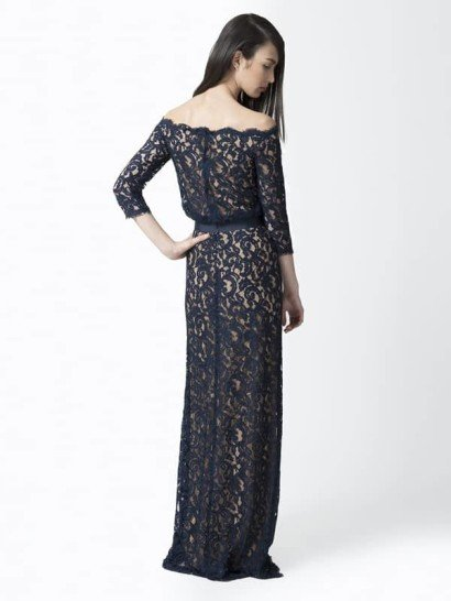 Коктейльное платье со спущенным плечом.