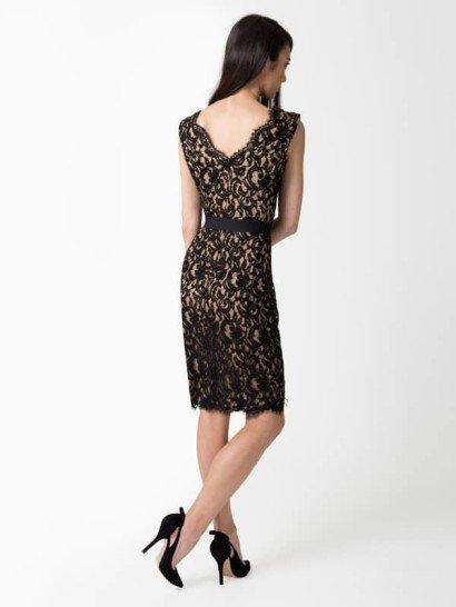 Кружевное коктейльное платье с вырезом.