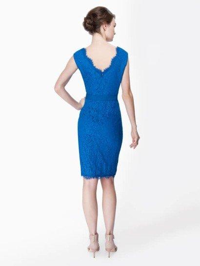 Кружевное платье с V-образным вырезом и поясом-лентой.