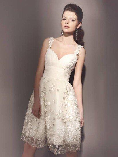 Романтичное короткое свадебное платье с эксклюзивной вышивкой.