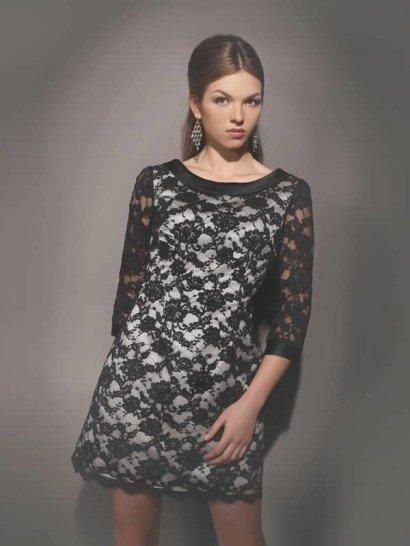 Короткое вечернее платье с атласной подкладкой и декором контрастным кружевом.