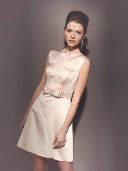 Короткое свадебное платье минималистичного дизайна из телесного атласа.
