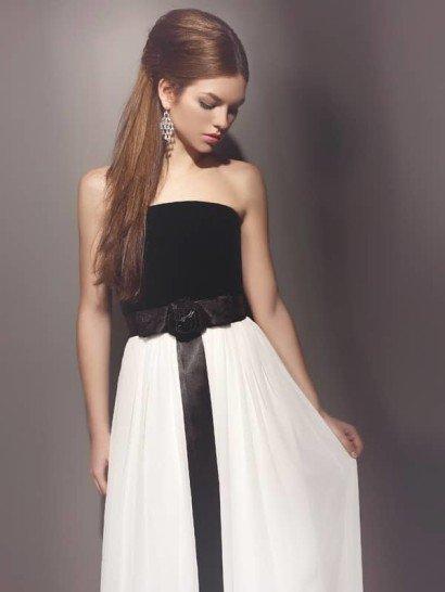 Контрастное вечернее платье с открытым верхом и атласным поясом.